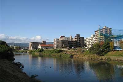 マンション外観と川